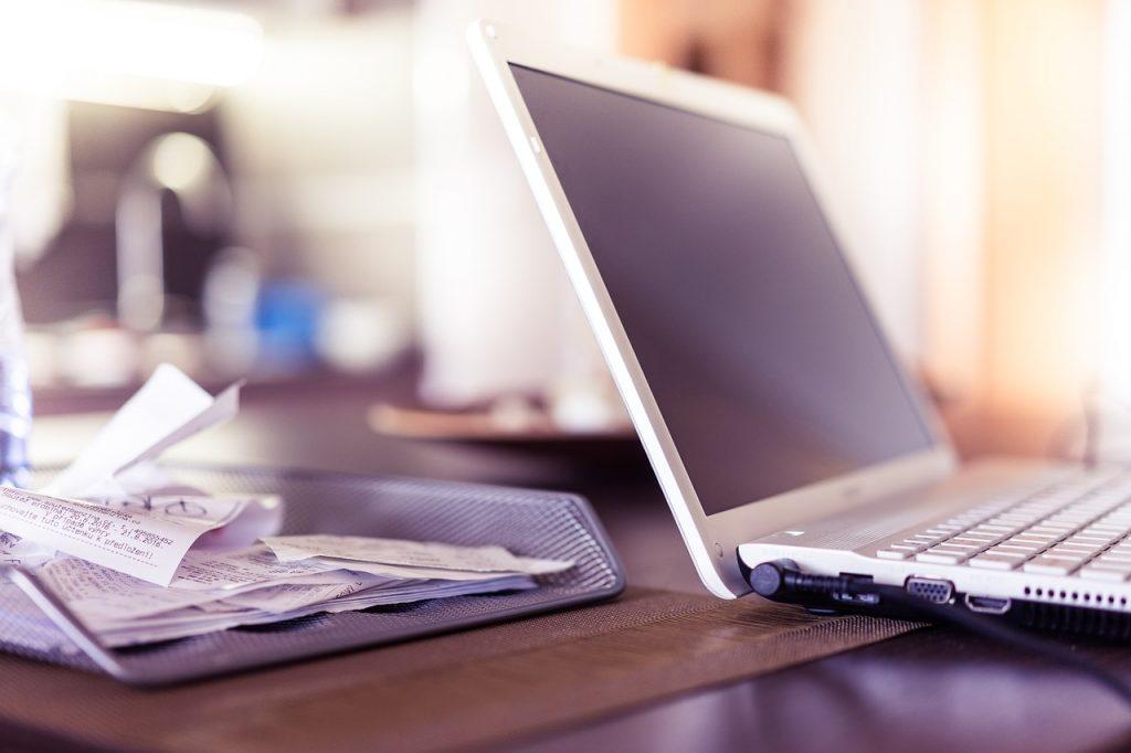 Laptop i dokumenty