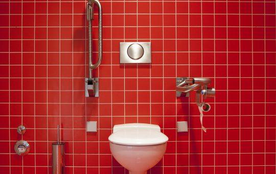 Wygodna i bezpieczna łazienka dla osób niepełnosprawnych